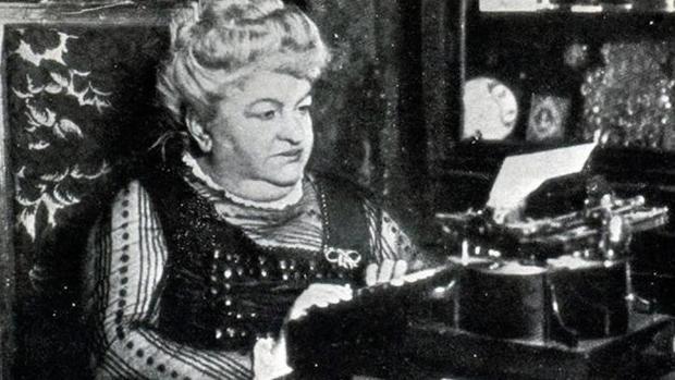 Emilia Pardo Bazán con su maquina de escribir